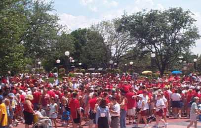 MK MoreGayDayRed Polémica celebración del Disney Gay Day